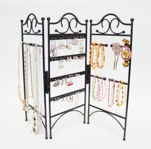 More jewelry organization, display, and storage ideas on DuctTapeAndDenim.com