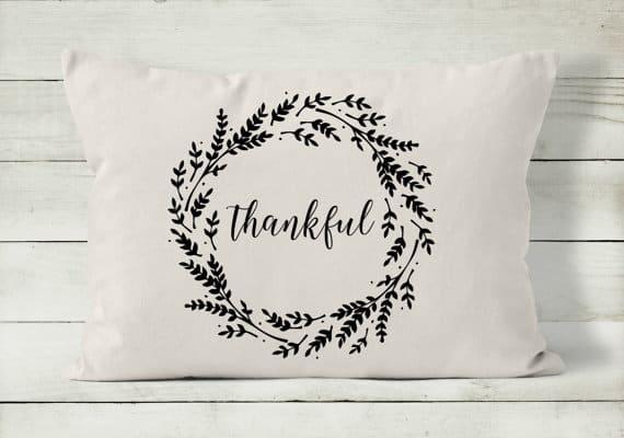 Thankful wreath Thanksgiving pillow | DuctTapeAndDenim.com