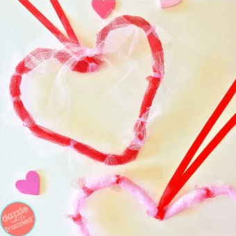 Mesh heart wreath for Valentine's Day. More DIY wreath ideas on DuctTapeAndDenim.com