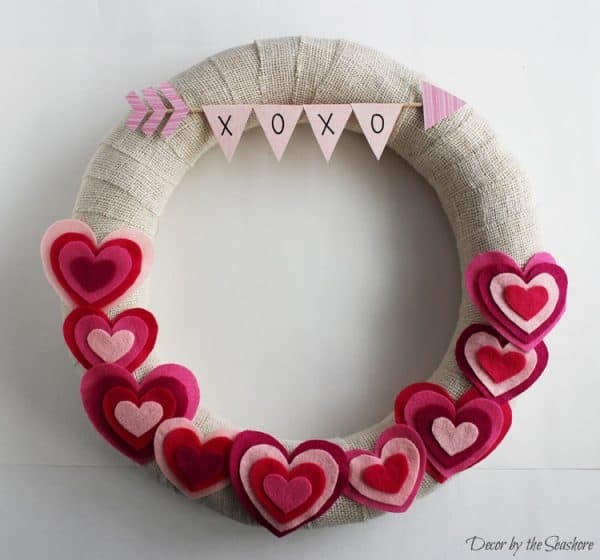 DIY Valentine's Day wreath with felt hearts. More wreath ideas on DuctTapeAndDenim.com