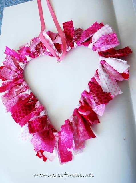 Red pink white heart wreath. More DIY Valentine's Day wreath ideas on DuctTapeAndDenim.com