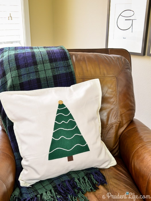 No-Sew-Rustic-Christmas-Pillow-22